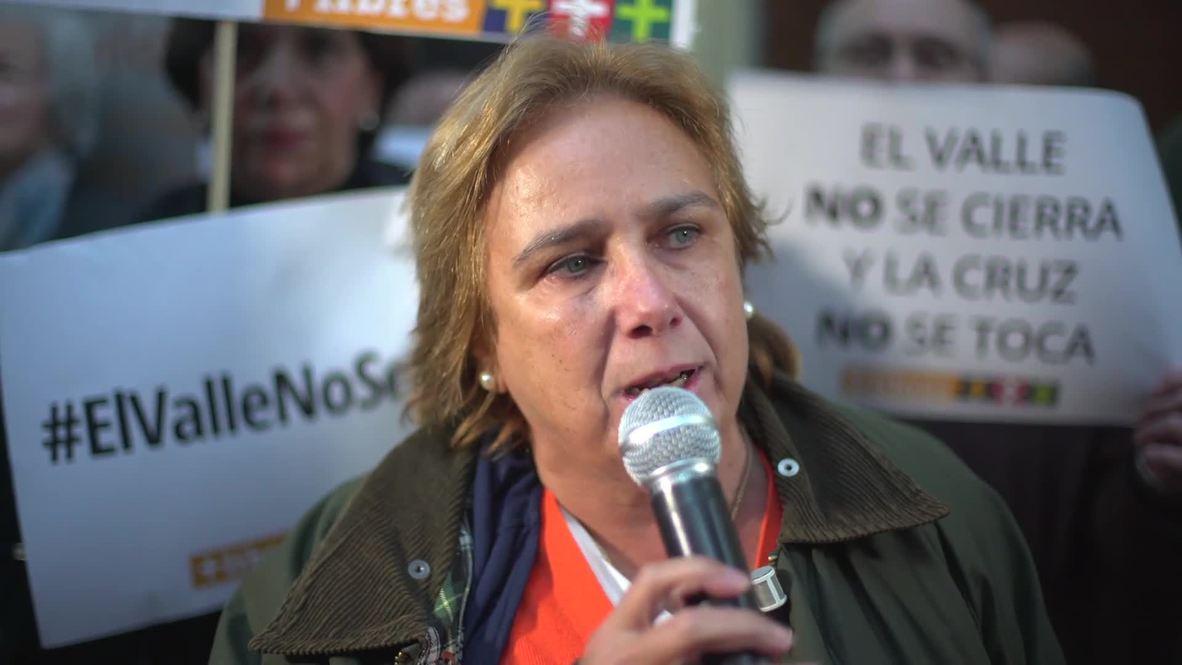 España: Decenas de personas se manifiestan contra la exhumación de Franco frente a la sede del PSOE