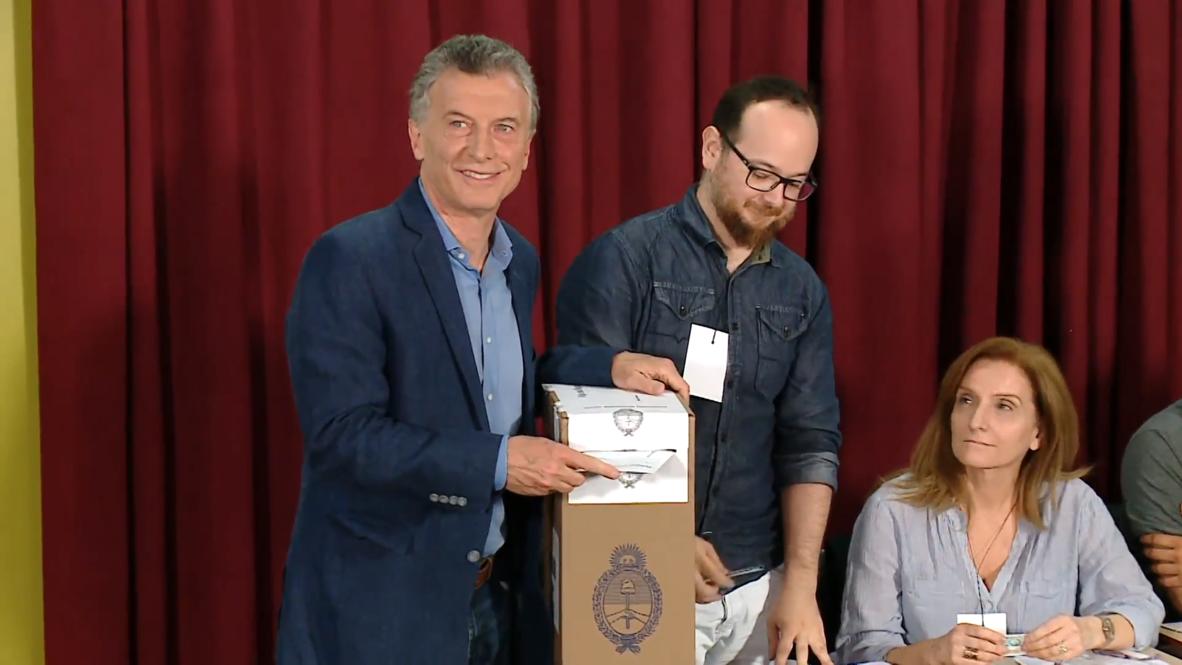 Argentina: Macri llega a votar en las elecciones generales en las que se juega la presidencia