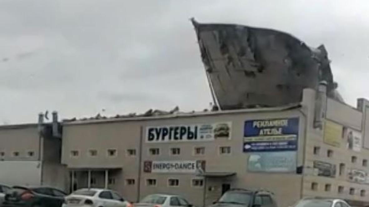 Слетела с катушек: в Кузбассе ветром снесло крышу ТЦ *ЭКСКЛЮЗИВ*