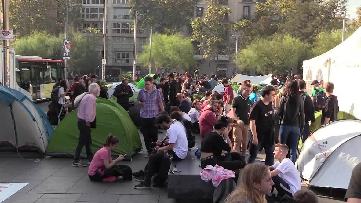 España: Estudiantes independentistas acampan en Barcelona en señal de protesta