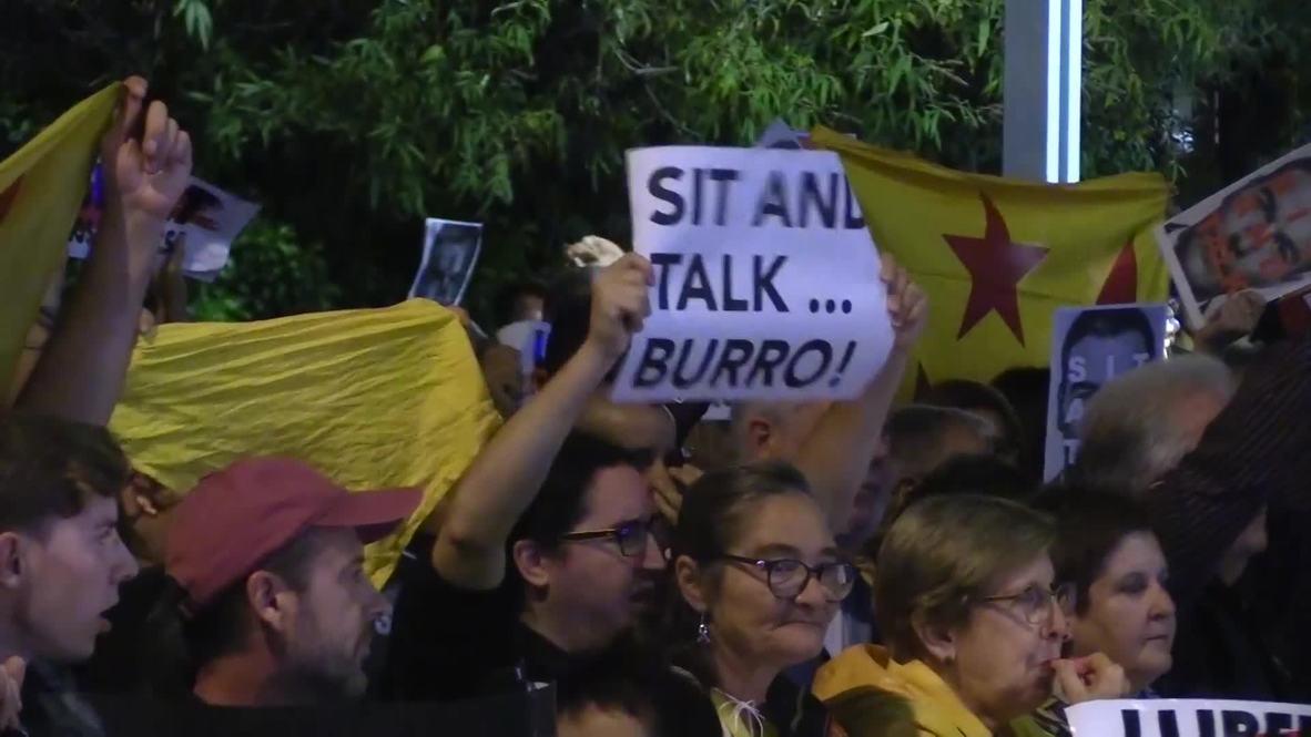 España: Manifestantes repudian la presencia de Pedro Sánchez en la ciudad catalana de Viladecans
