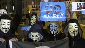 España: Activistas de Anonymous protestan en la plaza Universitat de Barcelona