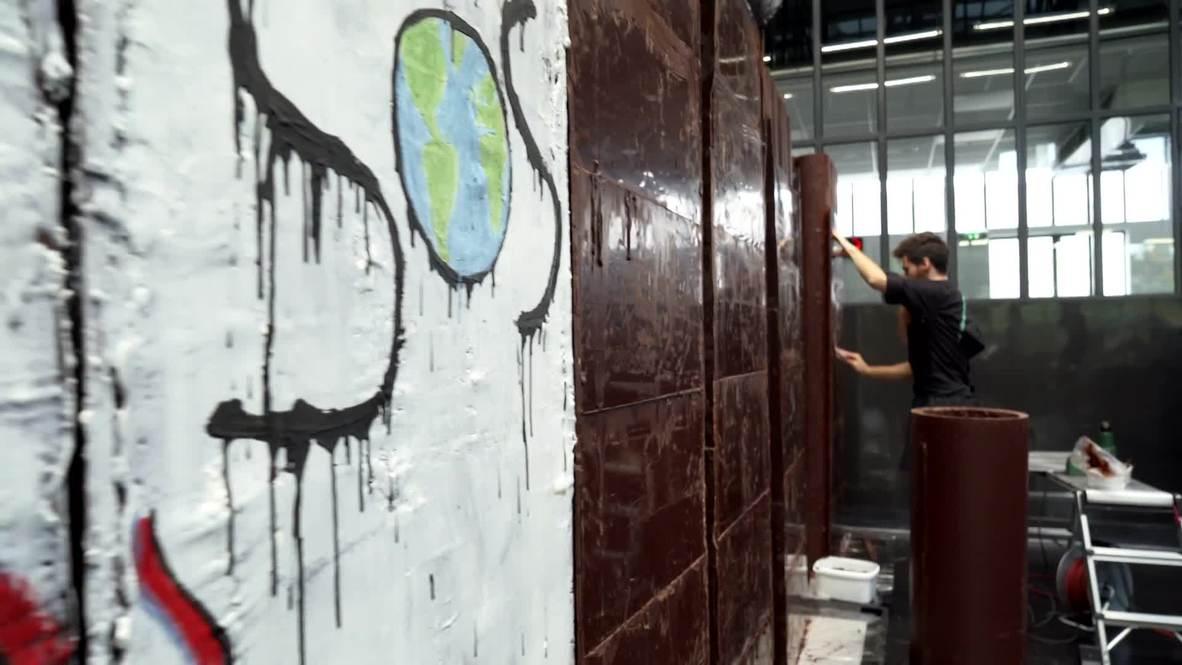 Съедая границы: французский кондитер строит Берлинскую стену из шоколада