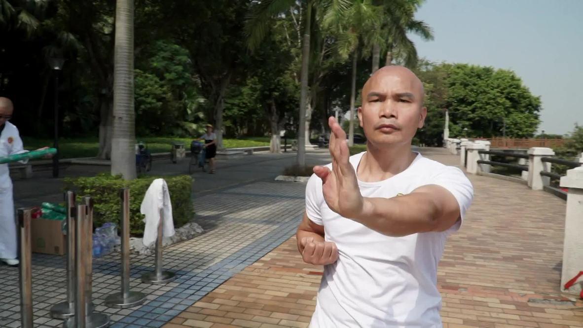 أستاذ في رياضة الكونغ فو يسعى لتحطيم الرقم القياسي في الرفع بقوة الجذب!