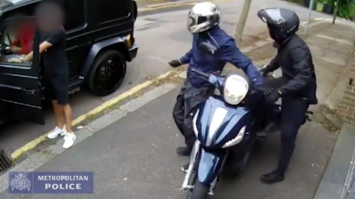"""المملكة المتحدة: الشرطة تنشر فيديو تعرض لاعبي """"أرسنال"""" أوزيل وكولاشيناتس لمحاولة سرقة"""