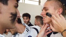 Italia: Jóvenes jugadores de fútbol jóvenes se pintan la cara para combatir el racismo