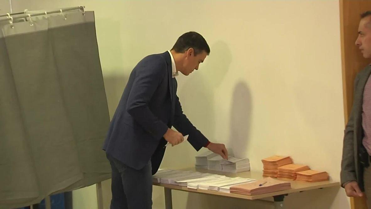 España: Pedro Sánchez, líder del Partido Socialista, acude a votar en las elecciones generales
