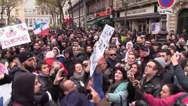 Francia: Activista en toples irrumpe en una manifestación contra la islamofobia *EXPLÍCITO*