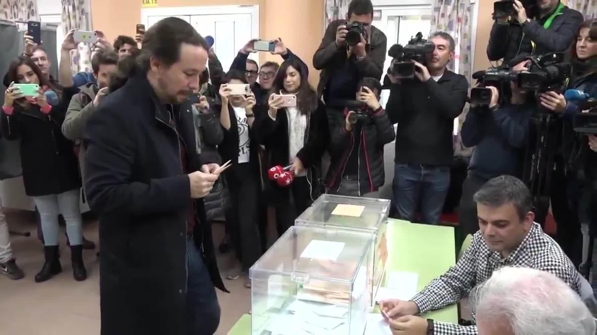 España: Pablo Iglesias vota en un colegio de Galapagar y tiende la mano al PSOE