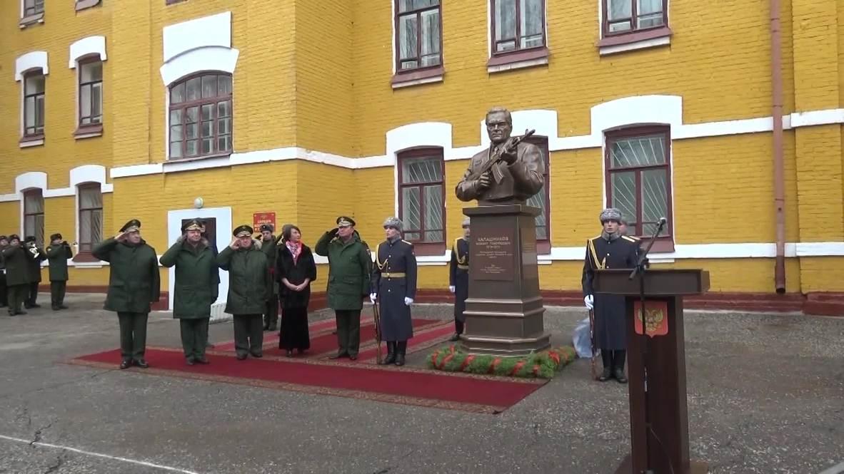 Россия: В Казани открыли памятник оружейнику Михаилу Калашникову