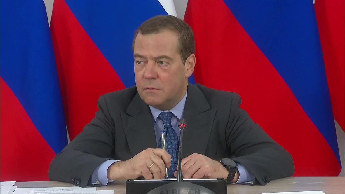 """Россия: """"Безобразие, надо разбираться"""" – Медведев пообещал помочь замерзающей женщине с водоснабжением"""