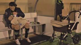 España: Futbolista no deja de amamantar a su bebé en los entrenamientos a pesar de las críticas