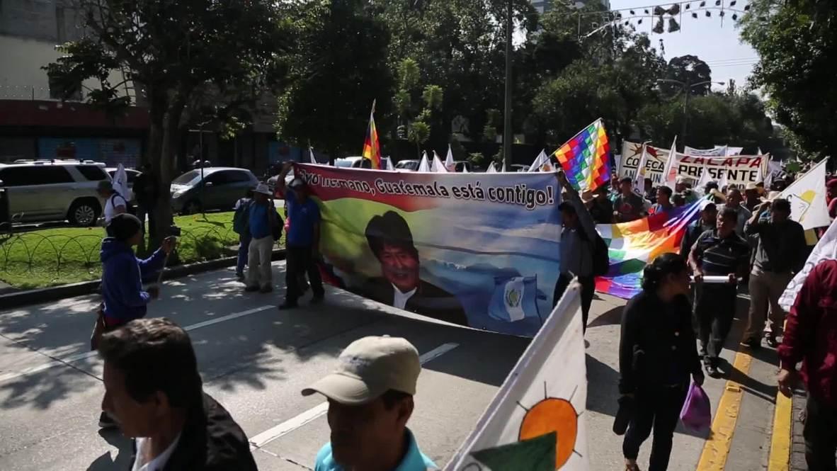 """Guatemala: Partidarios de Evo Morales condenan """"golpe"""" frente a embajada de EE.UU."""
