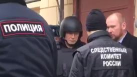 Россия: В бронежилете и каске. Соколова доставили на набережную Мойки для следственного эксперимента