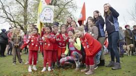 Una mujer DESCALZA termina una carrera equivalente a 90 maratones en el Reino Unido