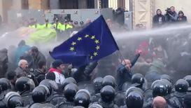 Georgia: Policía antidisturbios usa cañones de agua para dispersar a manifestantes