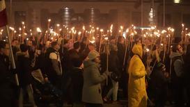 """Латвия:""""Все собираются вместе и думают о хорошем"""". Факельное шествие в Риге в честь Дня Республики"""