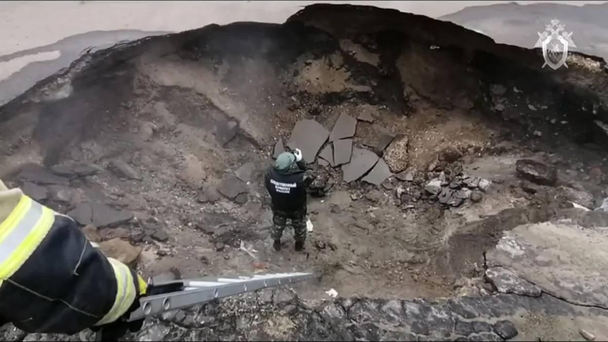 Россия: Двое погибших. В Пензе машина провалилась в яму с кипятком