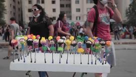 """Chile: """"Pareman"""", """"Matapacos"""" y otros héroes de las protestas ¡ahora son figuritas de artesanía!"""