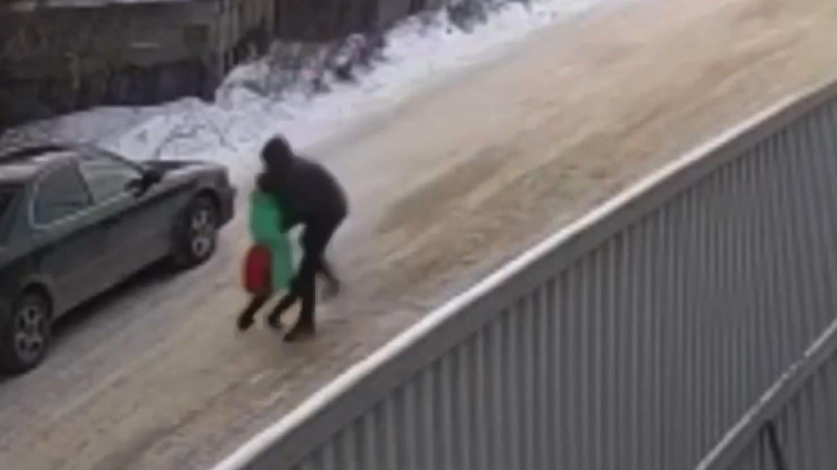 Россия: В Иркутске прохожие спасли девятилетнюю девочку от возможного педофила