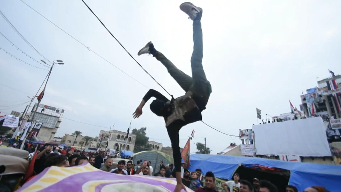 العراق: متظاهرون يرقصون ويلعبون كرة القدم بالتزامن مع الاحتجاجات المستمرة وسط بغداد