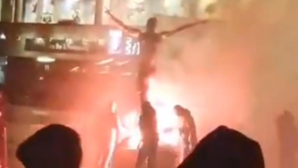 مشجعو نادي مالمو يضرمون النار بتمثال زلاتان إبراهميوفيتش الجديد