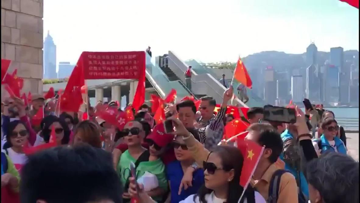 Hong Kong: Simpatizantes del Gobierno chino protestan frente a la Torre del Reloj