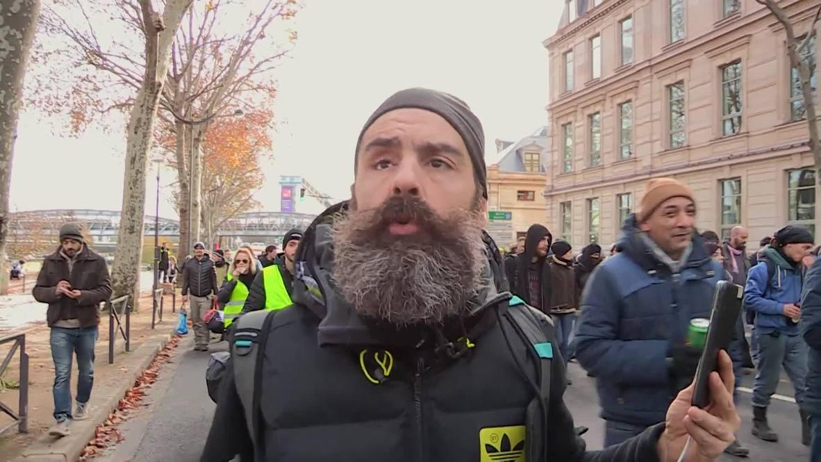 """Francia: Los """"chalecos amarillos"""" se unen a la huelga contra la reforma de las pensiones en París"""