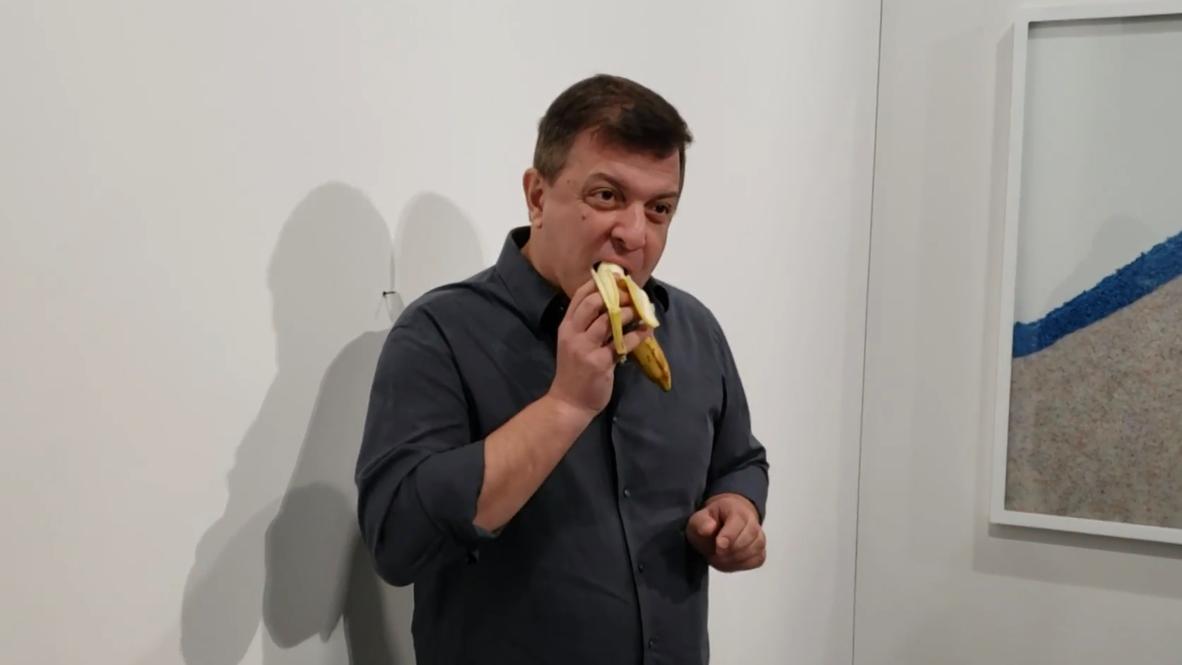 Художник съел банан за 120 тысяч долларов во время перформанса