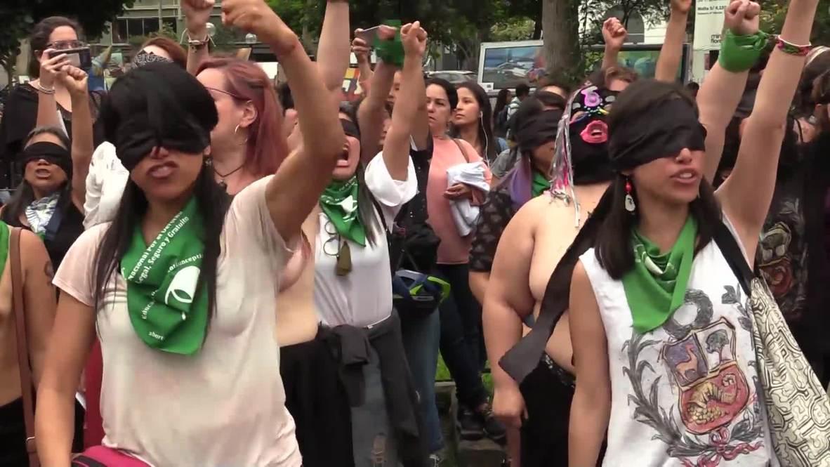 """Perú: Activistas en toples interpretan en Lima el himno feminista """"Un violador en tu camino"""" *EXPLÍCITO*"""