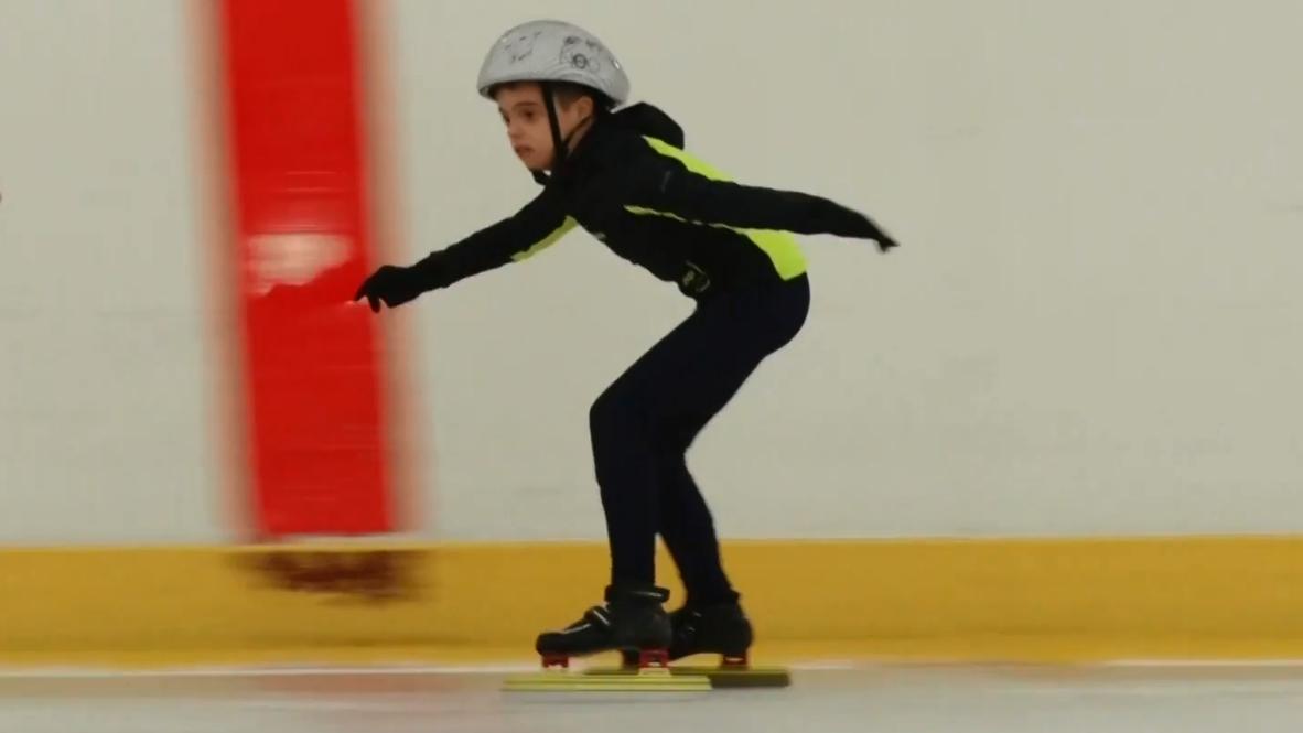 Вопреки диагнозу: История особенного мальчика, покоряющего конькобежный спорт