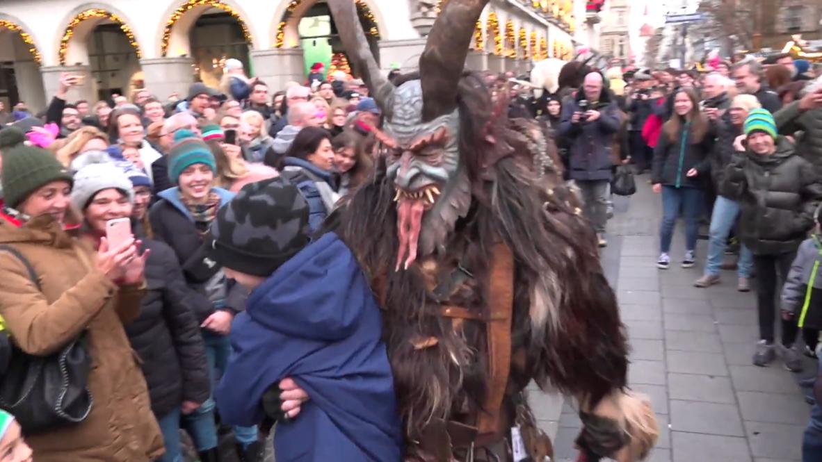 El tradicional desfile de los Krampus se celebra en el mercado navideño de Múnich