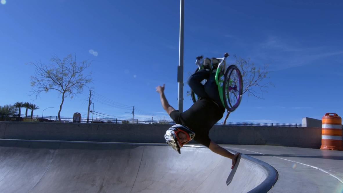 Atleta estadounidense en silla de ruedas realiza increíbles trucos y acrobacias en parque de skate