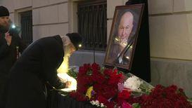 Россия: Москвичи несут цветы к зданию мэрии в память о Юрии Лужкове