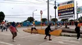 Perú: Cientos de obreros de la construcción civil se enfrentan a la policía en Iquitos
