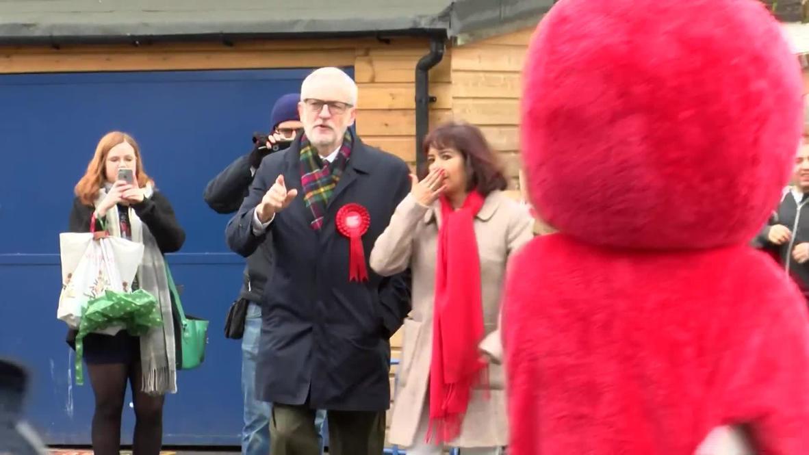 Reino Unido: Corbyn es abordado por manifestante disfrazado de Elmo antes de votar