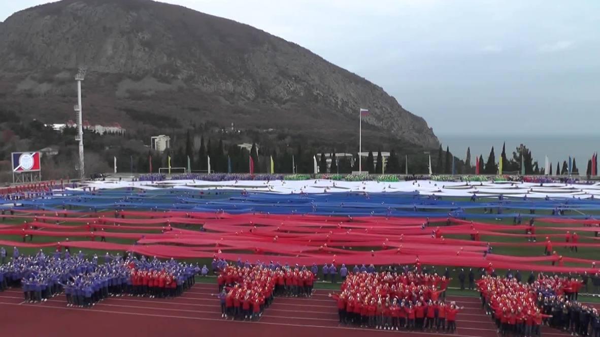 Россия: Артековцы развернули гигантский флаг в поддержку российских спортсменов