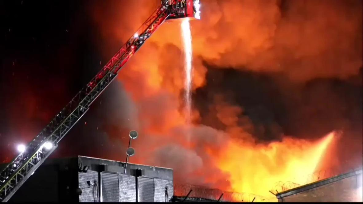 UK: Firefighters tackle HUGE blaze in Manchester