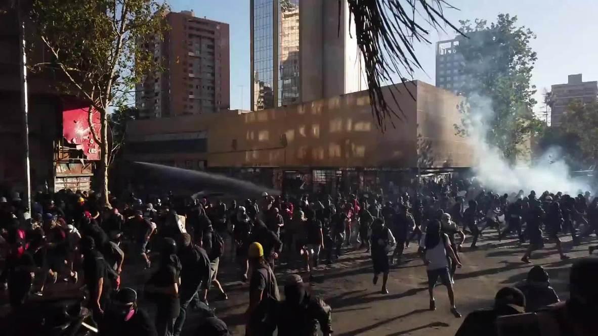 Chile: Cañones de agua y gas lacrimógeno en Santiago durante las protestas antigubernamentales