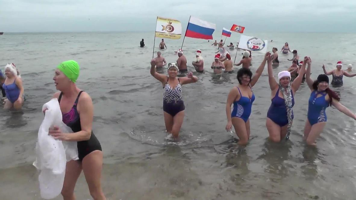 """Зима купанью не помеха. В Евпатории состоялся массовый заплыв """"моржей"""""""