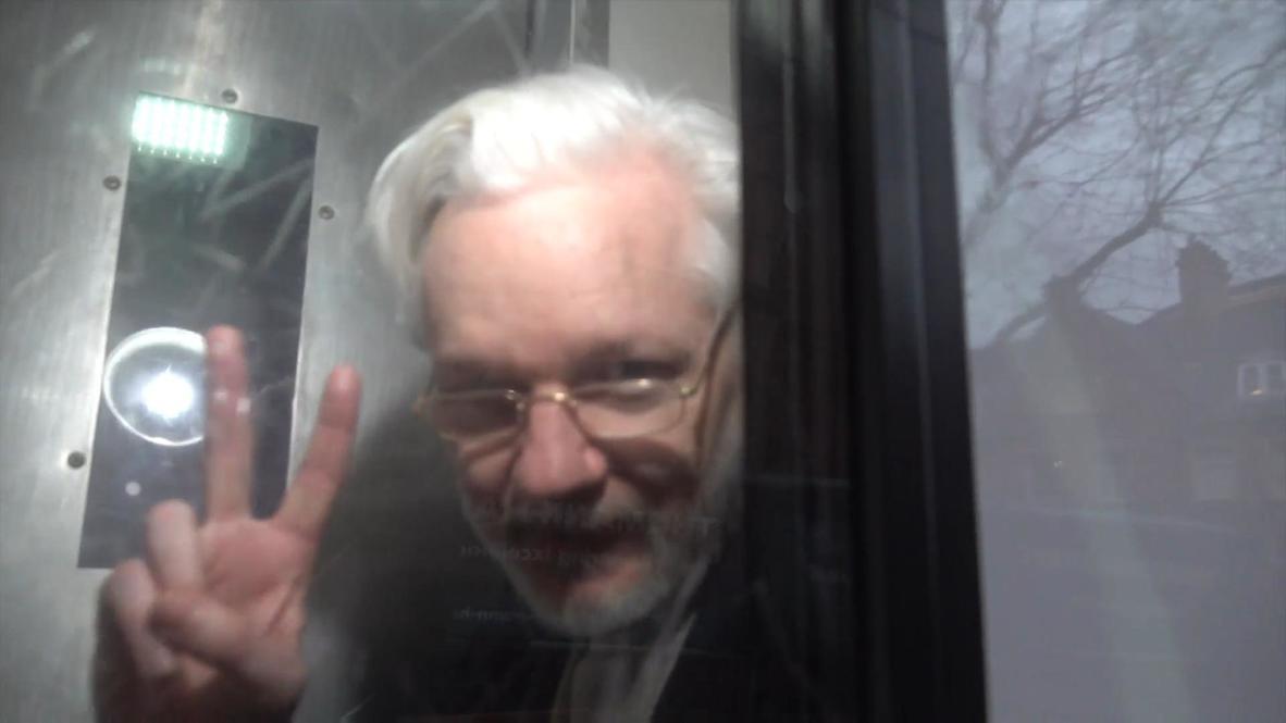 Reino Unido: Assange sale en un furgón de la prisión tras la vista en el juzgado