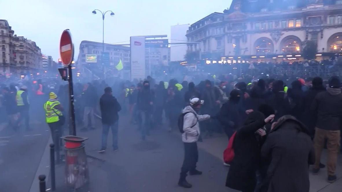 """Francia: Policía utiliza gas lacrimógeno en protesta de """"chalecos amarillos"""" en París"""