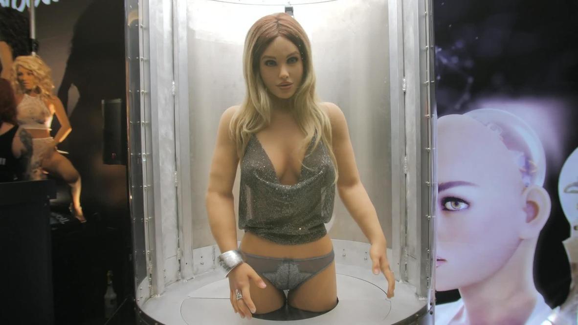 Robot sexual de IA gasta bromas en la Exposición de Entretenimiento para Adultos AVN *EXPLÍCITO*