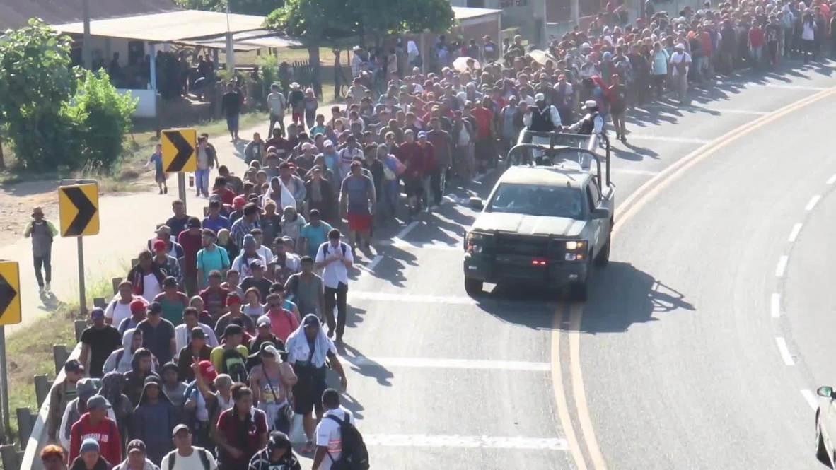 México: Cientos de migrantes cruzan la frontera entre México y Guatemala