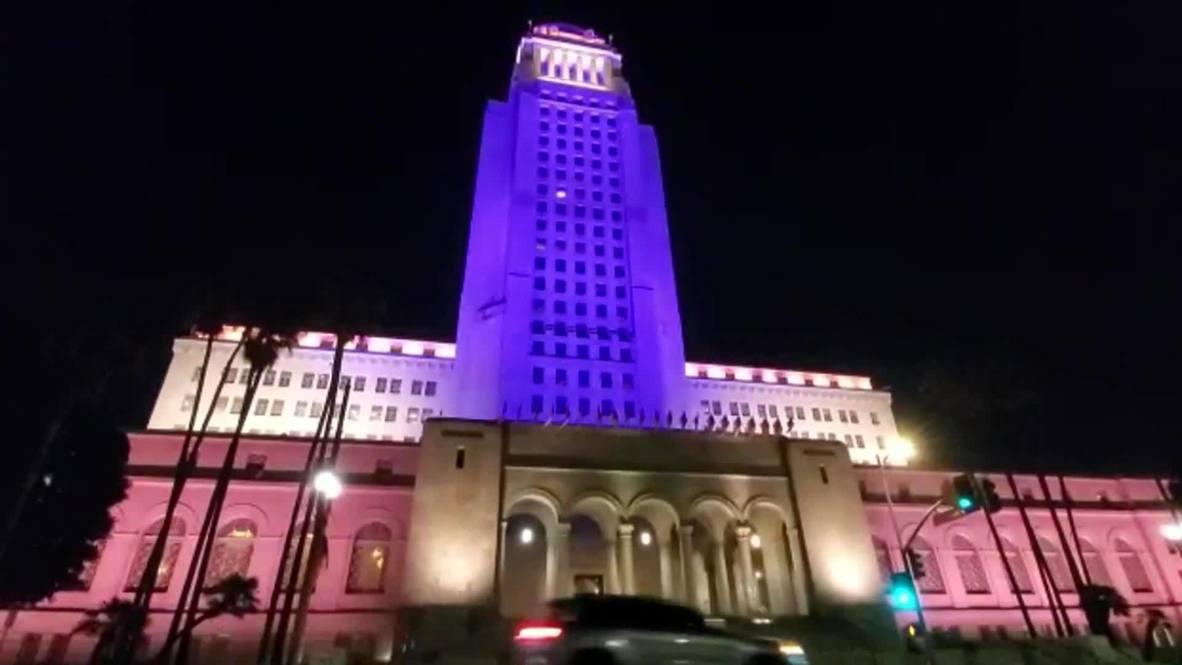 США: Здание мэрии Лос-Анджелеса подсветили фиолетовым и золотым цветами в память о погибшем Коби Брайанте