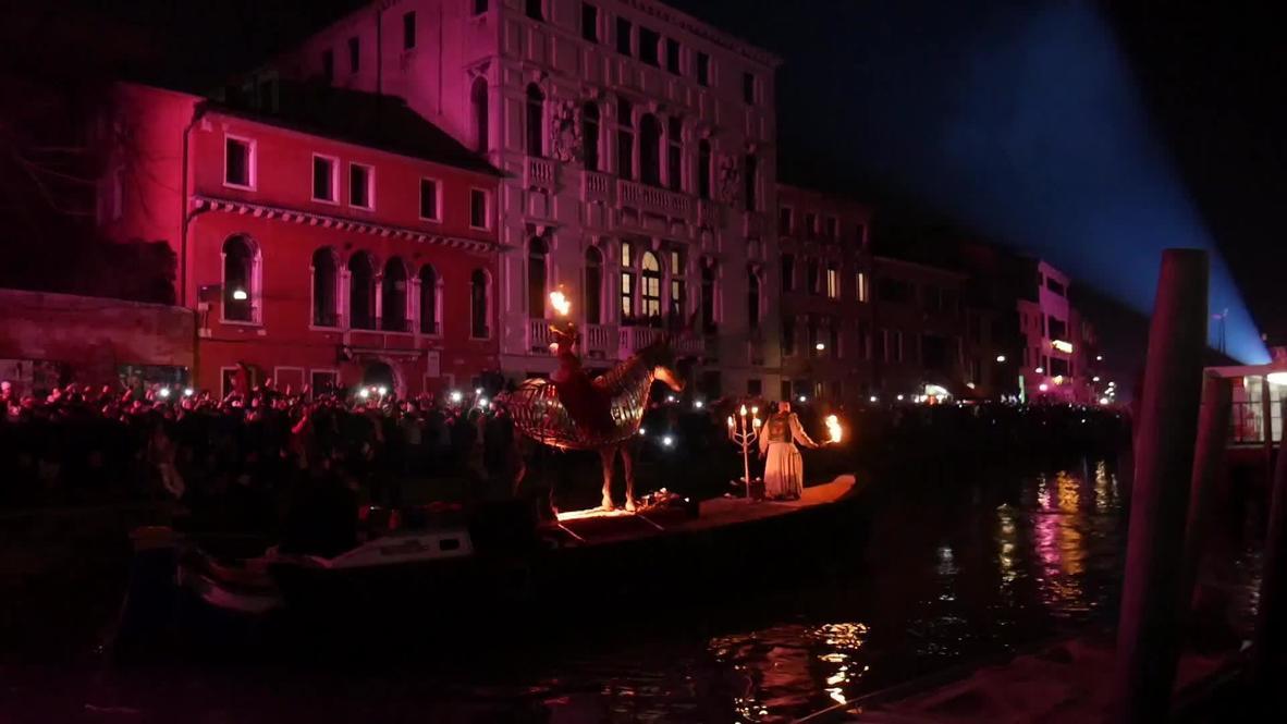 """""""Воплощенная мечта"""". Венецианский карнавал открылся водным парадом"""