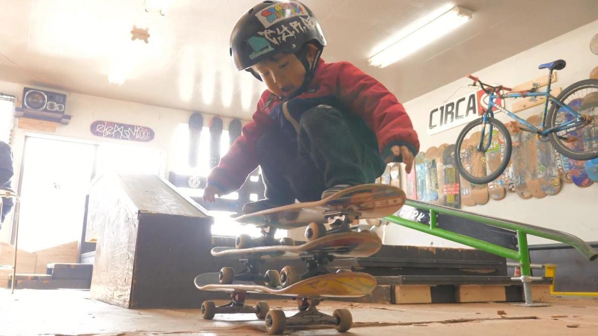 Japon: Niña de solo tres años impresiona con su habilidad y desparpajo sobre una patineta