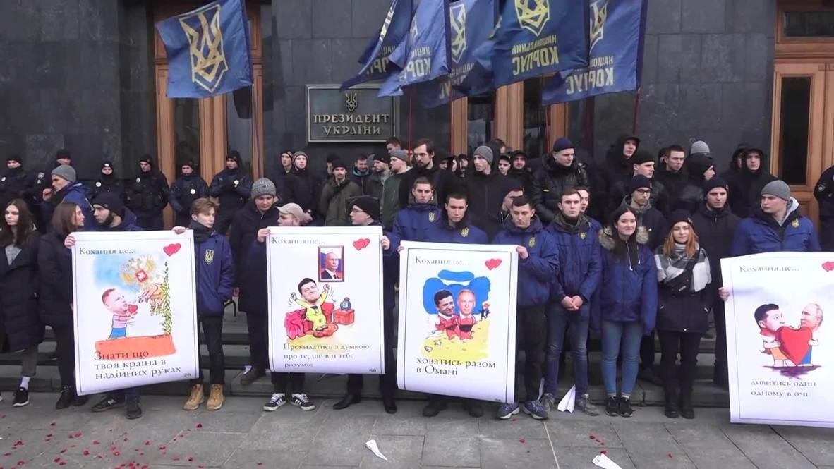 """Украина: Активисты """"Нацкорпуса Украины"""" вышли на пикет, требуя у президента отчета о поездке в Оман"""