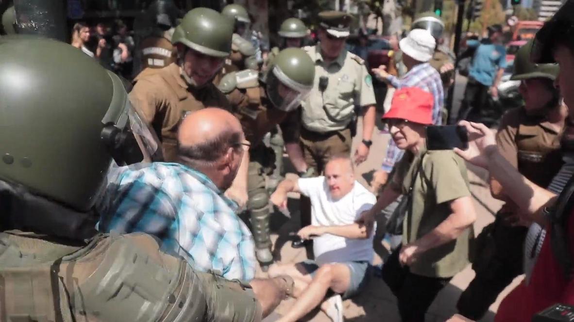 Chile: Manifestantes a favor y en contra de una nueva Constitución se enfrentan en Santiago