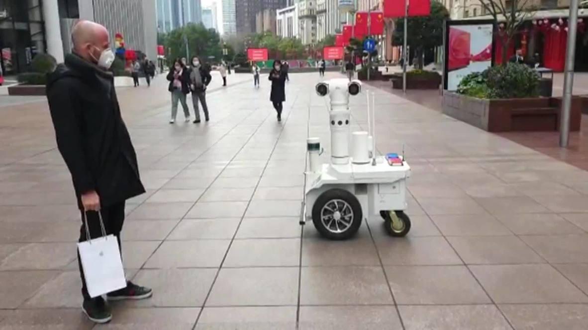 Китай: Полицейский робот патрулирует улицы Шанхая, предупреждая жителей о коронавирусе
